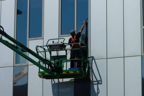 Nettoyage des vitres à laide dune nacelle élévatrice